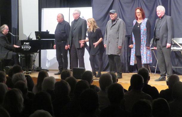 Stephan Winkelhake am Klavier, Wolfgang Freitag, Jürgen Juchtmann, Annika Hus, Birger Hausmann, Kirsten Gerlhof und Rolf Berkenbrink (von links)