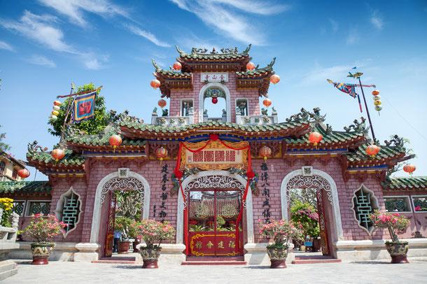 Vietnams bunte Buddhisten Tempel stehen dem interessierten Besucher offen, bitte beachten Sie aber die lokalen Regeln im Umgang mit der vietnamesischen Religion.