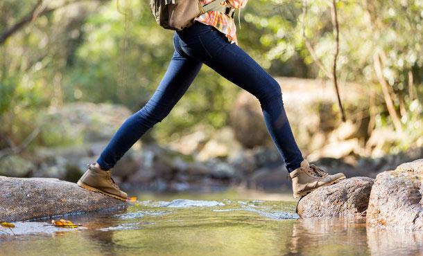 Langärmelige Hemden und lange Hosen sind bei Aufenthalten im freien als Schutz vor Moskitostichen zu empfehlen.