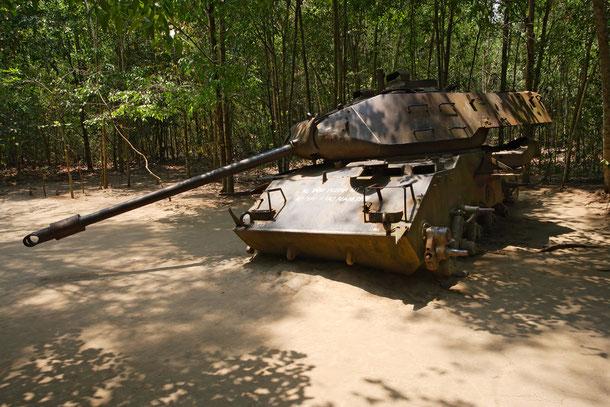 Ein US M-41 Panzer der während der Operation Cedar Falls im Eisernen Dreieck bei Cu-Chi zerstört wurde