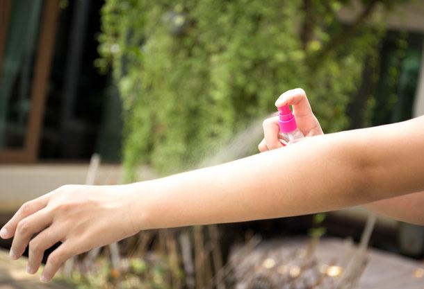 Mückenspray lässt sich schnell auftragen und ist ein effektiver Mückenschutz.
