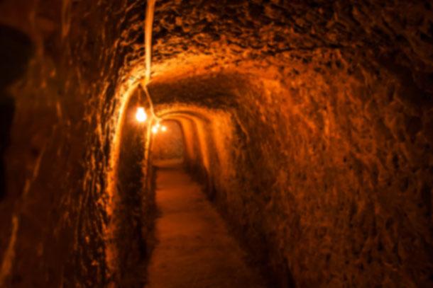 Die engen Vietcong  Tunnel von Cu Chi können nur in geduckter Haltung durchquert werden.