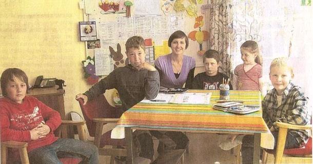 Mittagsbetreuung in der BGS: Oksana Rhode mit Jonathan,  Katharina, Tom, Simon und Nico.     WERLICH