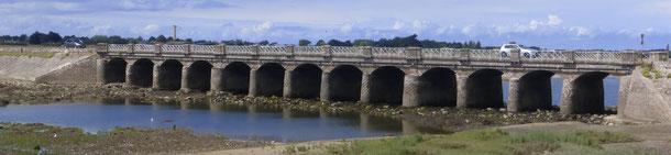 Le pont, 13 arches, construit en 1873. Porbail
