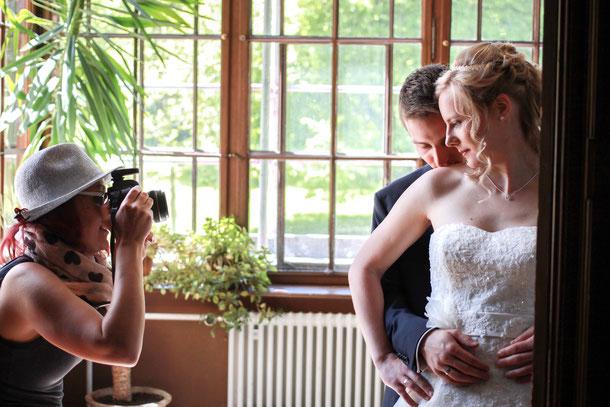 Verliebtes Brautpaar im Wintergarten der Villa Edelweiß in Immenstadt im Allgäu