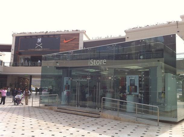 高級ブランドが入るリマのショッピングセンター。リマっ子のお目当ては現地で800米ドルほどするiPhone
