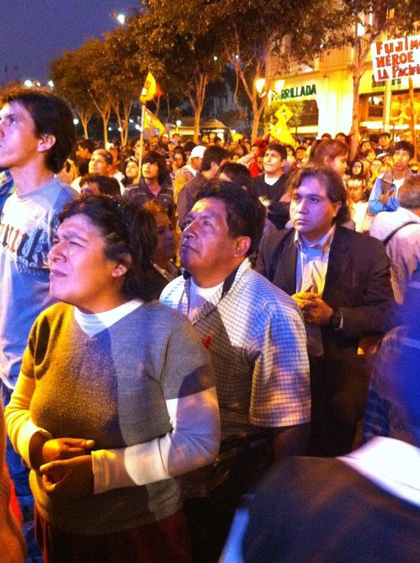 開票速報を見守るペルーの有権者