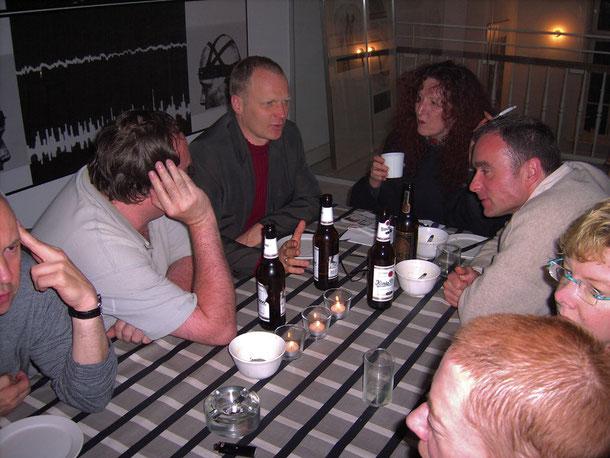 Robert Brahmkamp nach der Filmvorführung im Atelierhaus Alte Schule in Essen-Steele im Gespräch