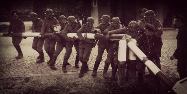 Deutsche Soldaten reißen die polnischen Grenzbäume ein (Lizenz: gemeinfrei)