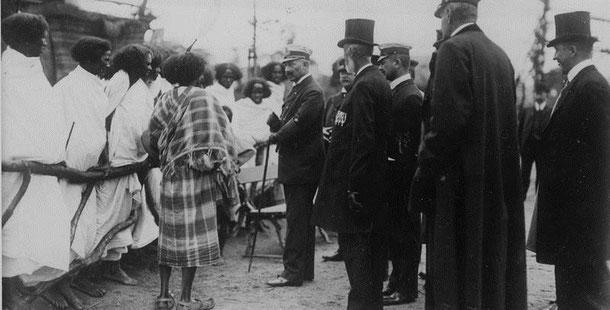 Kaiser Wilhelm II. auf einer Völkerschau bei Hagenbeck (Bundesarchiv, Bild 183-R52035 / CC-BY-SA)