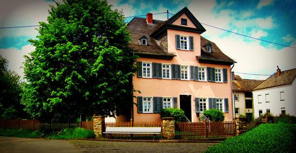 Das evangelische Pfarrhaus in Nochern (nahe der Loreley) / Foto: Haffitt, Lizenz: CC-BY-SA-3.0,2.5,2.0,1.0