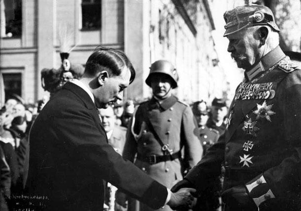 Hitler verneigt sich vor Hindenburg auf dem Tag von Potsdam