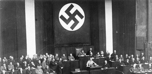 Hitler spricht zum Ermächtigungsgesetz (Bundesarchiv, Bild 102-14439 / CC-BY-SA)