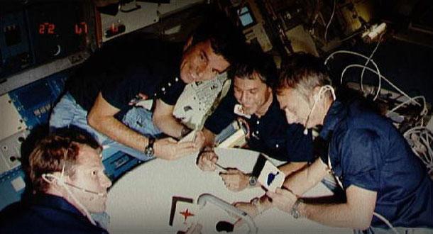 Der erste Westdeutsch im All: Ulf Merbold (2. v. r.) und die Crew der Weltraummission STS-9 sind guter Dinge. Foto: NASA, Lizenz: public domain