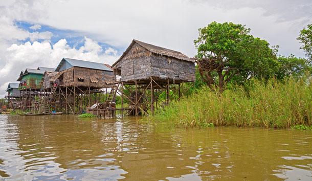 Die Menschen am großen Tonle Sap See leben traditionell auf oder am Wasser in Hausbooten oder Stelzenhäusern.