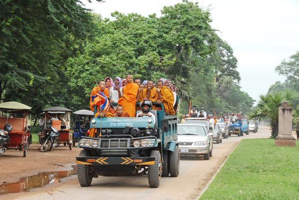 Autos mit Mönchen auf dem Weg von der Haupstadt Phnom Penh nach Pursat