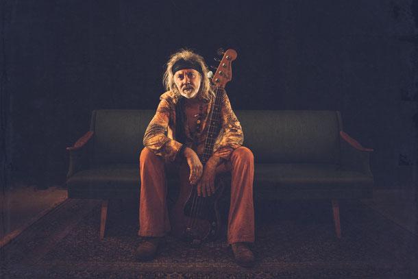 Bassist 60' cover band Revolution