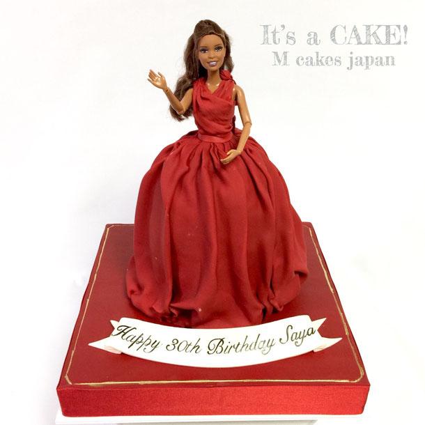 大切な奥様へのお誕生日に「カルティエ」イメージのドレスケーキ❤️ お誕生日おめでとうございます🎊 カルティエの渋めな赤色で大人っぽいイメージのドレスに💋旦那様からカルティエのプレゼントがあるのでカルティエの赤色のドレスでとオーダーいただきました❤️素敵だ〜❤️ #カルティエ #素敵夫婦 #30歳 #ドレスケーキ #赤色 #cartier #cartierimage #dresscake #誕生日ケーキ #torte #gateau #cake #ケーキ