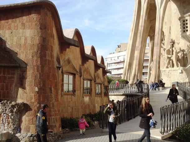 Храм Святого Семейства в Барселоне. Школа для детей рабочих