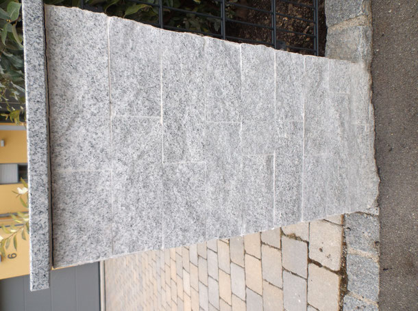 Verkleiden einer Säule mit Granit.