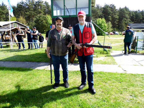 Links Frank Hügelow und rechts Werner Fröhlich, bereit zum Stechen beim 22. Bellinger Maipokal 2018.