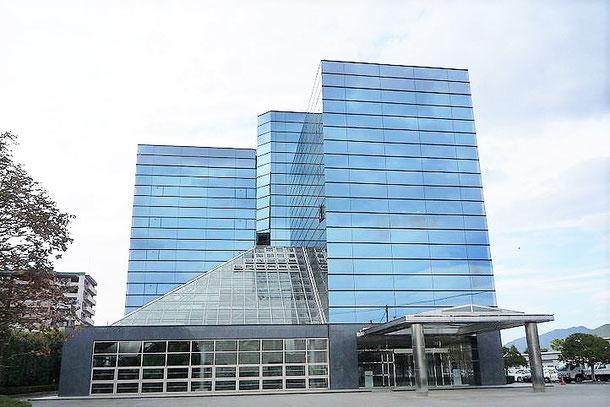 創業百周年を記念して建てられた美しい本社ビル:通称クリスタルビル