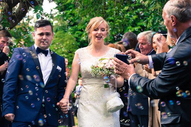 Hochzeitspaar mit Seifenblasen; Hochzeitsfotografie