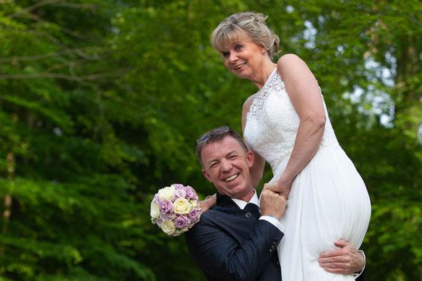 Hochzeitspaar im Wald; Hochzeitsfotografie
