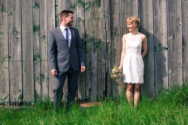 Hochzeitspaar vor Scheune; Hochzeitsfotografie