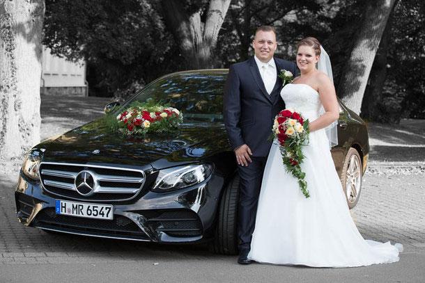 Hochzeitspaar vor dem Auto; Hochzeitsfotografie