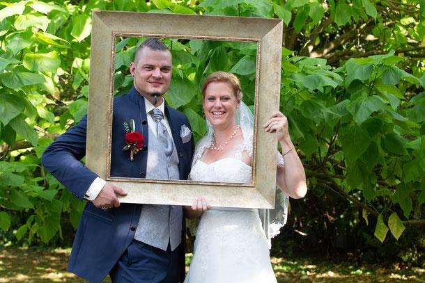 Hochzeitspaar im Bilderrahmen; Hochzeitsfotografie