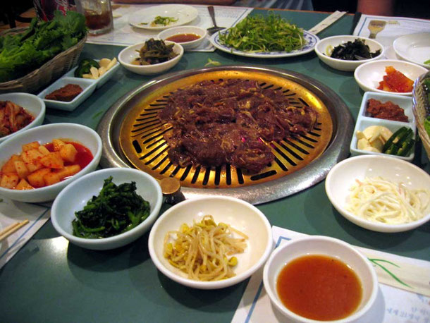 Le célèbre barbecue coréen ou Bulgogi (불고기) avec ses accompagnements.