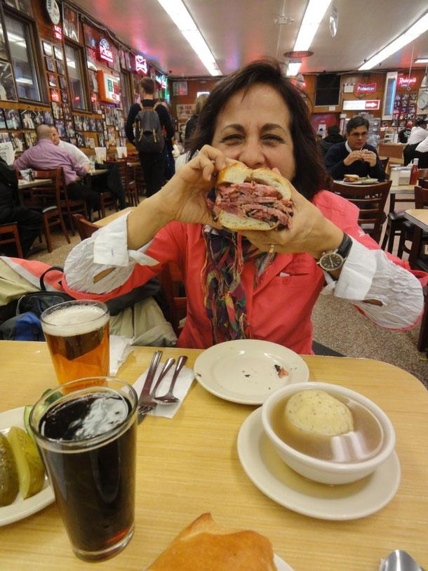 Das berühmte Pastrami-Sandwich, eine Knödelsuppe und ein Indian Pale Ale