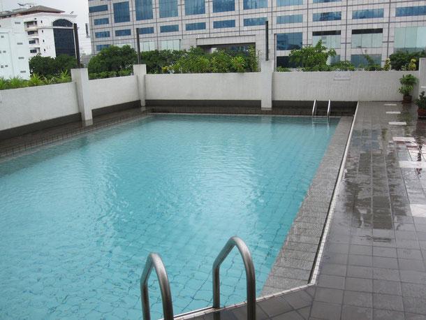 プールは3階にあります。
