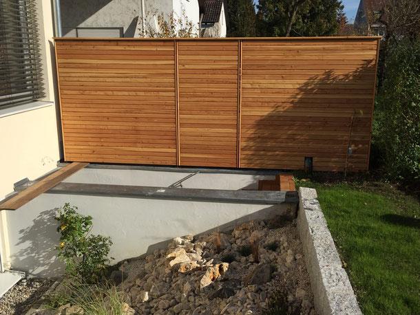 Bild: Sichtschutzwand aus Rhombusleisten in Lärche natur, verdeckt montiert.
