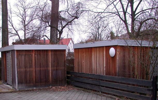 Bild: Mülltonnenhaus und Gartenhaus aus Lärche und Edelstahl mit Dachbegrünung.