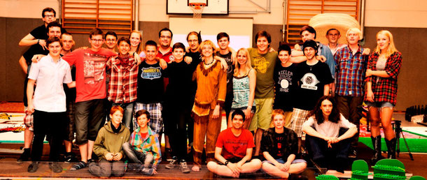 Das Cologne Domino Team - plus zwei besondere Gäste links unten ;-) - nach dem Falldown 2013