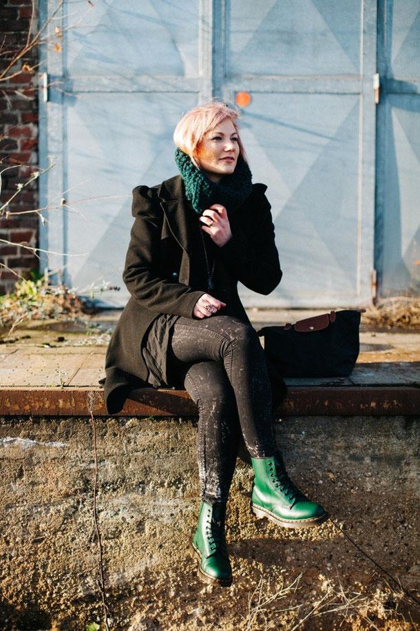 Schuhe: Dr.Martens; Mantel: EDC by Esprit; Tasche: Longchamp; Wollkragen: Selfmade