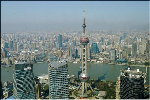 Fotografiert vom Jin Mao Tower aus 348 m Höhe des 420,5 m hohen Wolkenkratzers im Finanz- viertel Pudong in Shanghai.