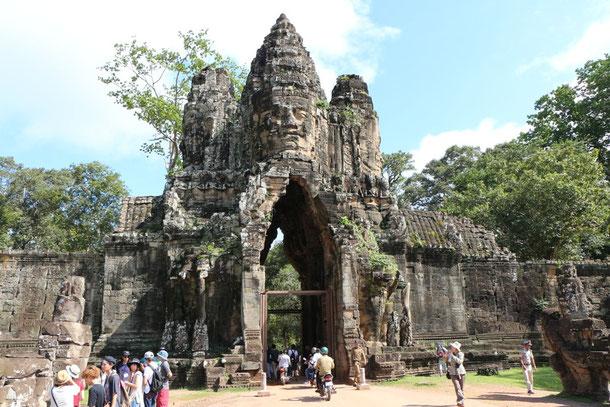 Das Südtor von Angkor Thom (Große Hauptstadt) mit der lächelnden Lokeshvara und Betenden!