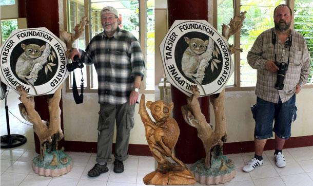 Wir beide im Reservat Philippine Tarsier Foundation Inc.! Als wir dort den Koboldmaki´s auf der Spur waren, regnete es. Das rechtfertigt auch die Kleiderordnung.