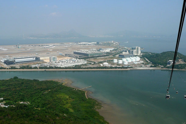 Foto Wikipedia: Der Hong Kong International Airport von einer Gondel der Ngong Ping 360-Seil- bahn aus gesehen. Für uns war an diesem Tag -Null- Fotografierwetter!