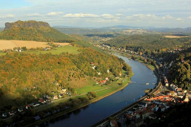 Blick von der Festung Königstein in Richtung Bad Schandau und Großer Winterberg, links der Lilienstein