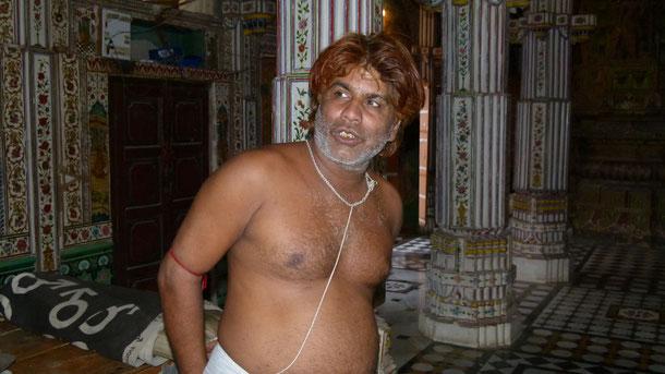 Der Jain Tempel Bhandeshwar (Butter-Tempel), der zwei Kaufmannsbrüdern gehört, in Bikaner. Hier der geistige Führer des Jaintempels, ein Tirthankara (Furtbereiter).