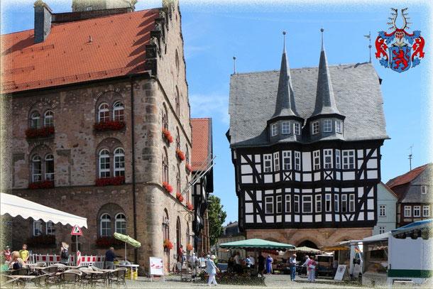 """Das Rathaus (1512/16) und Weinhaus (1538) mit ehemaligen """"Pranger"""" an der Marktplatzecke!"""