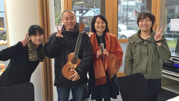 ラジオ出演後、パーソナリティーのお二人と、そして今回もたくさんのサポートをして下さったHiroさんと一緒に記念撮影^^/
