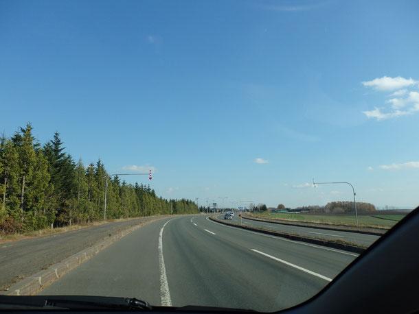 この道路が一般道なんですから、やっぱり北海道の道路って広い!!この道路を見ると北海道に戻ってきた!って思います☆