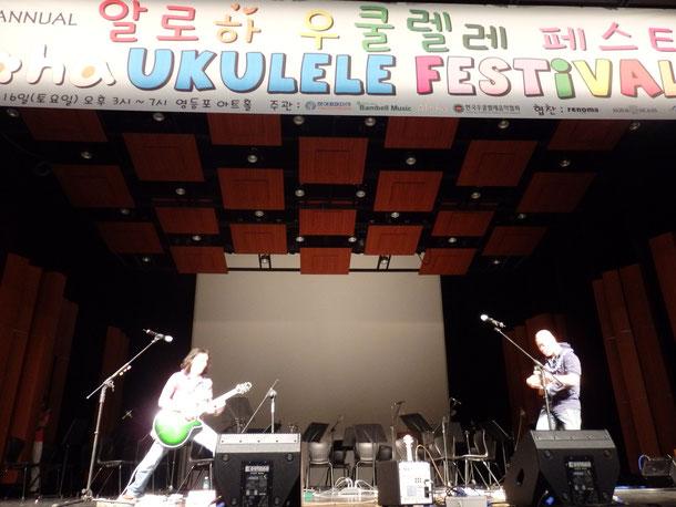 演奏スタート!!真田さんのギターの音が会場に響きます☆