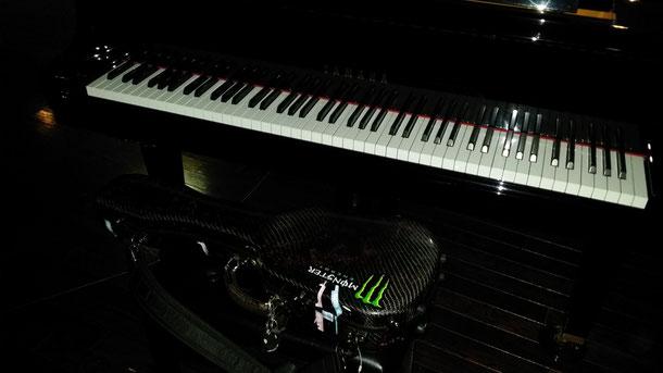 初日は、ギタリストふかまちけいさんとのコラボコンサート!初日のコンサートも無事終わり、会場にあるグランドピアノと一緒にウクレレをパシャリ☆大勢のお客様に聴いて頂きました☆サインもばっちし!!