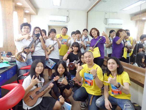 韓国の中学生が楽屋にサインとか写真とかで大勢来てくれました☆この中学生の他にも、大人から子供まですごい大勢の方々がサインをって楽屋に来てくれました☆嬉しかった~☆☆